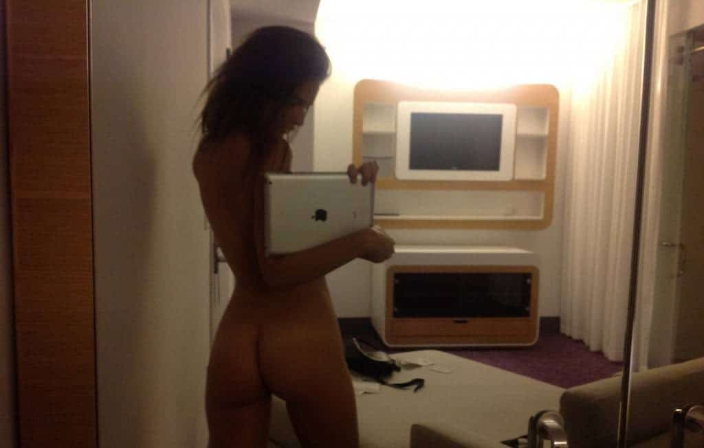 Emily Ratajkowski booty in ass selfie leaked pic