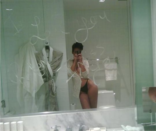 hot pic of rihanna leaked pic in the bathroom