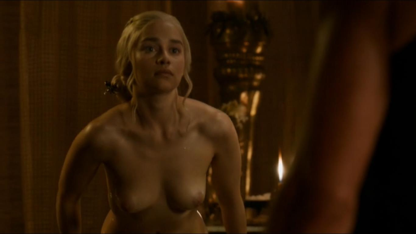 hot emilia clarke pic of her boobs exposed