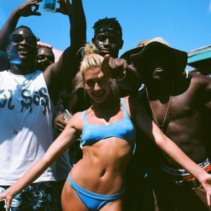 Hailey Baldwin sexy bikini