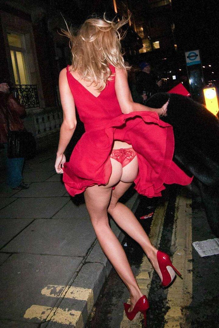 красавица задирает юбку фото