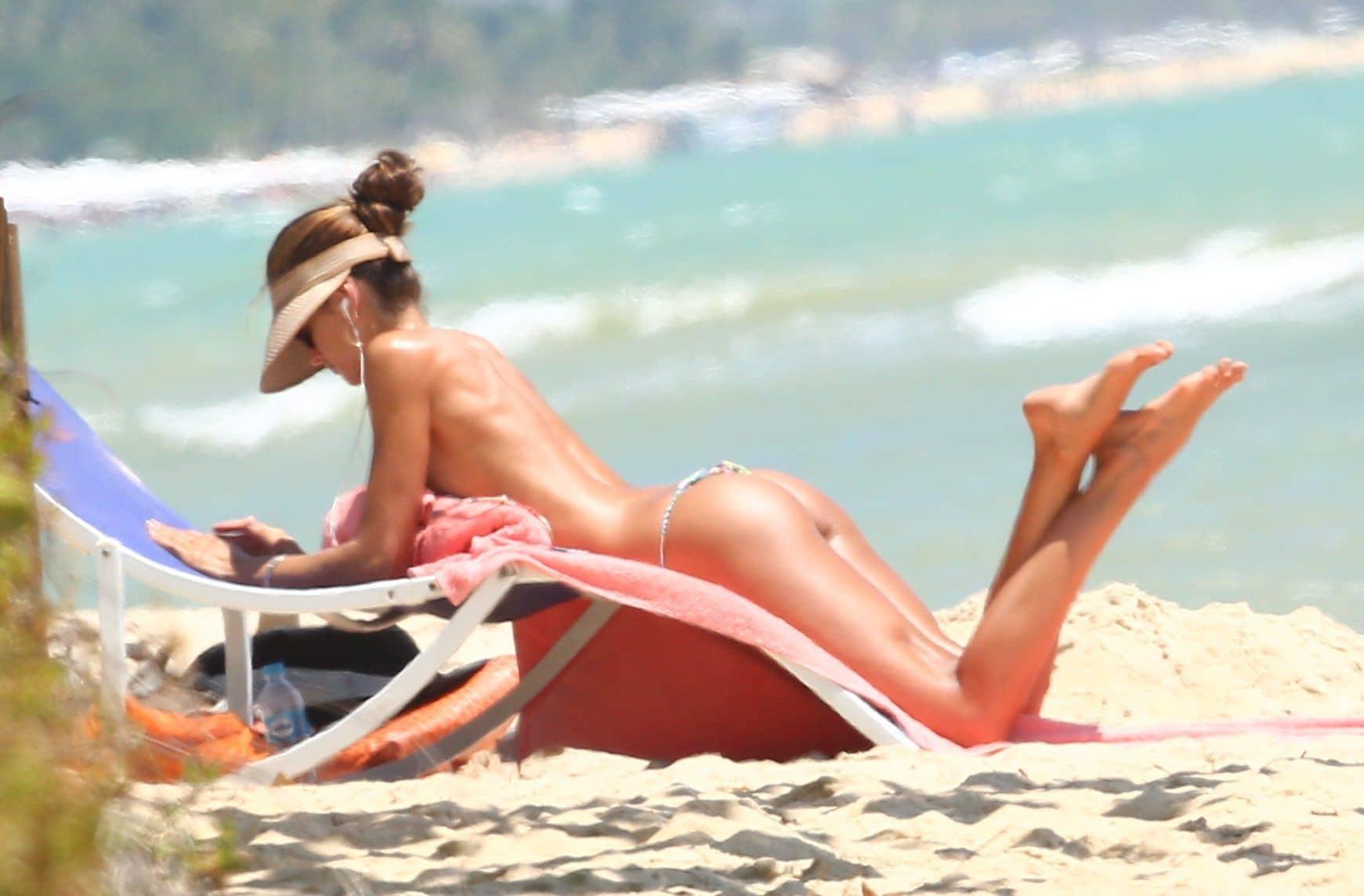 Izabel Goulart Topless Pics (4)
